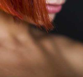 Плечо и плоский - однокоренные слова?