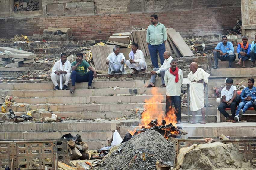 Священная кремация на набережной Варанаси, Индия. Происхождение слова кремация.